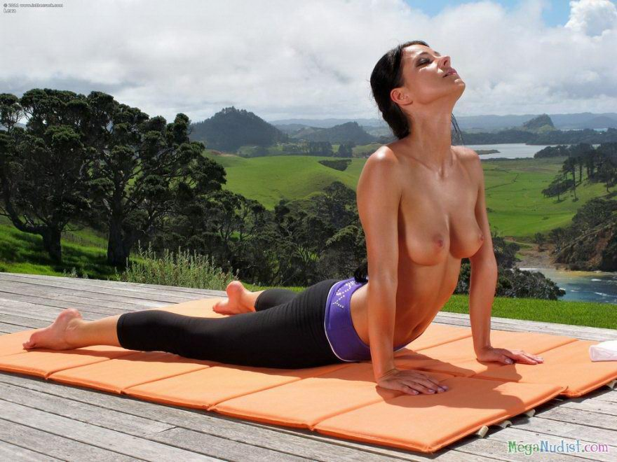 Yoga instructor poses nude — photo 11